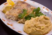 Bavarian grilled fish with puree — Stock Photo