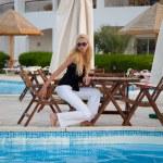 Caucásica joven modelo sentada junto a una piscina — Foto de Stock   #2385949