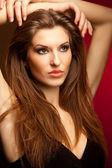Mujer atractiva aislada en rojo centrico — Foto de Stock