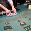 crupier barajado jugando a las cartas en el poke — Foto de Stock