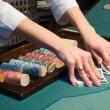 croupier omgaan met kaarten op de pokertafel — Stockfoto