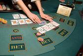 Croupier gestione carte al tavolo da poker — Foto Stock