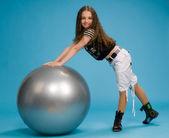 Ung flicka med en stor gummiboll — Stockfoto