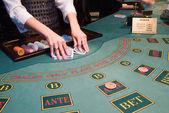 Croupier 洗牌扑克牌在戳 — 图库照片