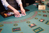 Croupier shuffling playing cards at poke — Stockfoto