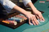 Croupier en manipulation de cartes à la table de poker — Photo
