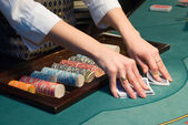 Krupiér zpracování karet u pokerového stolu — Stock fotografie