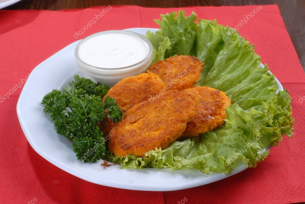 A plate of tastychops decorated with green salad and served with sauce — Stock Photo #1164546