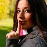 krásná žena klade prst na její l — Stock fotografie