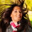 krásná žena třese hlavou — Stock fotografie