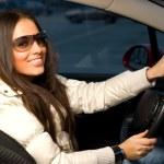 ung kvinna i en bil — Stockfoto