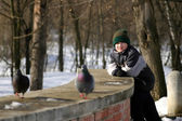 The teenager observes of pigeons — Stock Photo