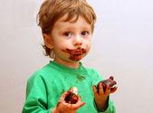 Il ragazzo mangia un zefiro — Foto Stock