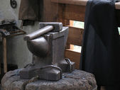 Anvil and hammer in an interior of a smithy — Stock Photo