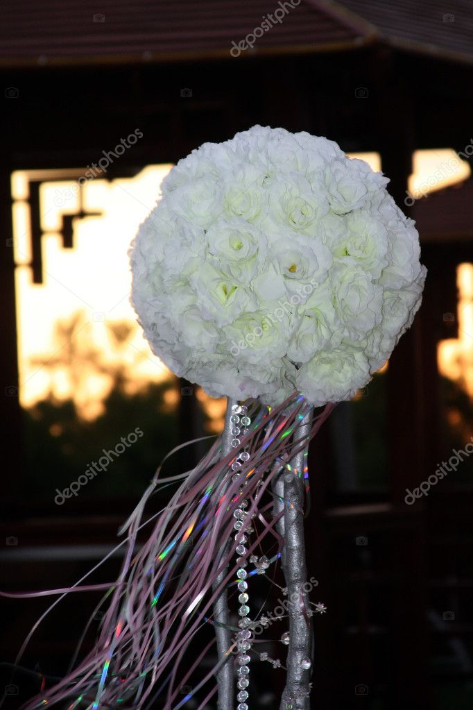 Wedding ornament from white roses in the form of a sphere — Stock Photo #1165285