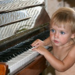 The little girl and the piano — Stock Photo