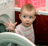 çocuk ve çamaşır makinesi — Stok fotoğraf