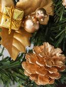 Gouden dennenappel op kerstboom — Stockfoto