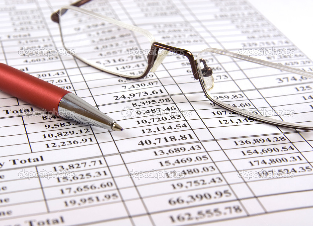 Close-up pen and glasses on financial report — Stok fotoğraf #1143015
