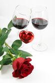 Roos, hart en twee glazen — Stockfoto
