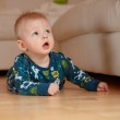 6 mobth old baby crawling on floor at ho — Stock Photo