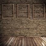 viejo interior grunge con marcos en blanco — Foto de Stock