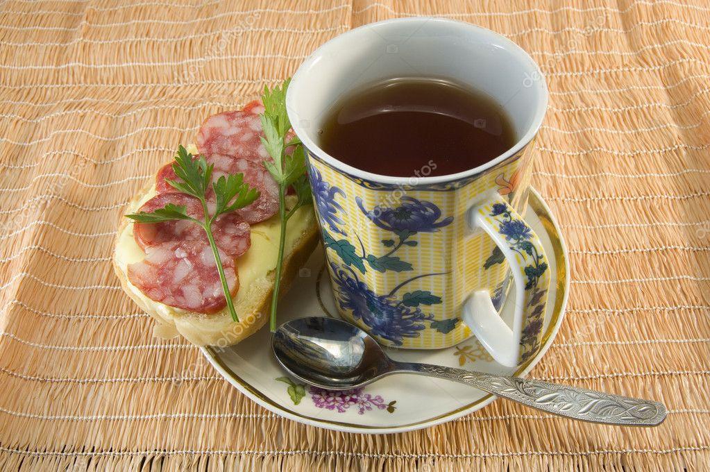 Бутерброд и чай