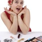 kvinna med papiljotter i håret letar du s — Stockfoto