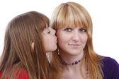 Dochter haar gelukkig moeder kussen. — Stockfoto