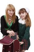Madre está empacando mochila con hijas — Foto de Stock