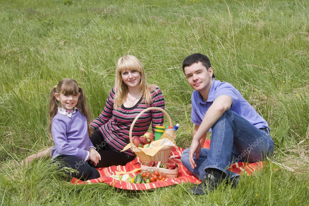 Family having picnic in park. Parents and child on picnic in the forest. Mother, father and daughter relaxing. — Stock Photo #1166533
