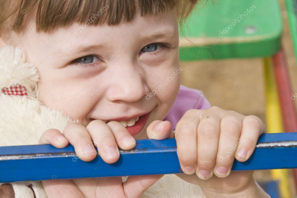 A beautiful little caucasian girl with blond, bright blue eyes and happy smiling expression in her face. Portrait of a happy little girl. — Stock Photo #1166593
