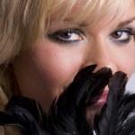 bella mujer con pluma negra — Foto de Stock