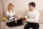 Man is giving gifts woman — Stockfoto