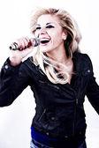 Rock singer.girl canta para microfone — Foto Stock