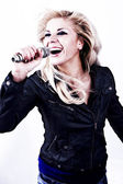 Rock singer.girl sjunga i mikrofon — Stockfoto