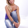 blonde Frau in jeans — Stockfoto