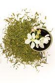 Xícara de chá com a flor e o chá de folhas — Fotografia Stock