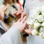 primer plano de recién casados poniendo en rin — Foto de Stock