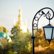 Old lantern over city background - Foto Stock