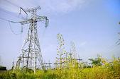 青い空を背景に電気の塔 — ストック写真