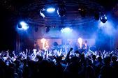 在音乐会上,匿名跳舞 — 图库照片