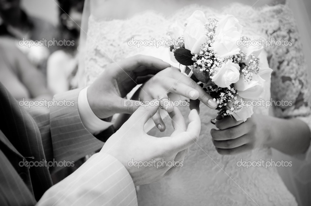 Close-up of young newly-married putting on rings, grayscale  — Lizenzfreies Foto #1252287