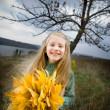 leende liten flicka utanför — Stockfoto