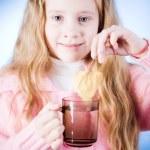 liten flicka med te kopp — Stockfoto