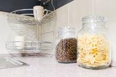 Massas e grãos de café em potes de vidro — Fotografia Stock