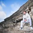 Beyaz elbiseli şık adam — Stok fotoğraf