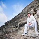 uomo elegante vestito bianco — Foto Stock