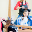 Little girl in hairdresser salon - Foto Stock