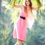 jonge gelukkig vrouw in roze jurk — Stockfoto